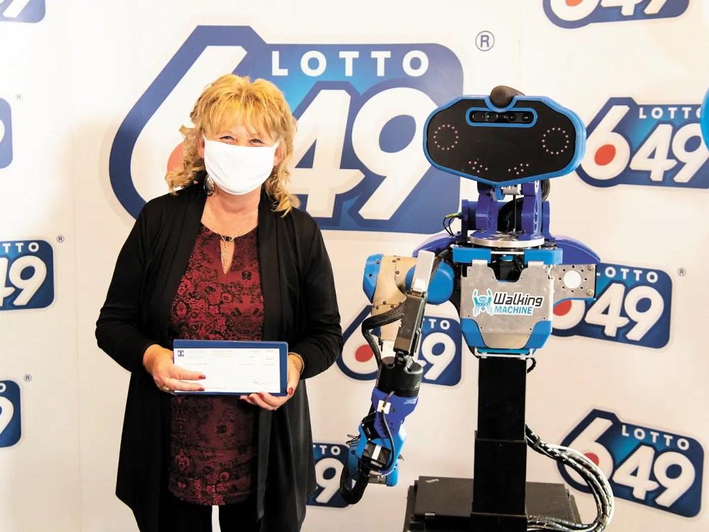 Un robot lui remet son chèque de 6M$