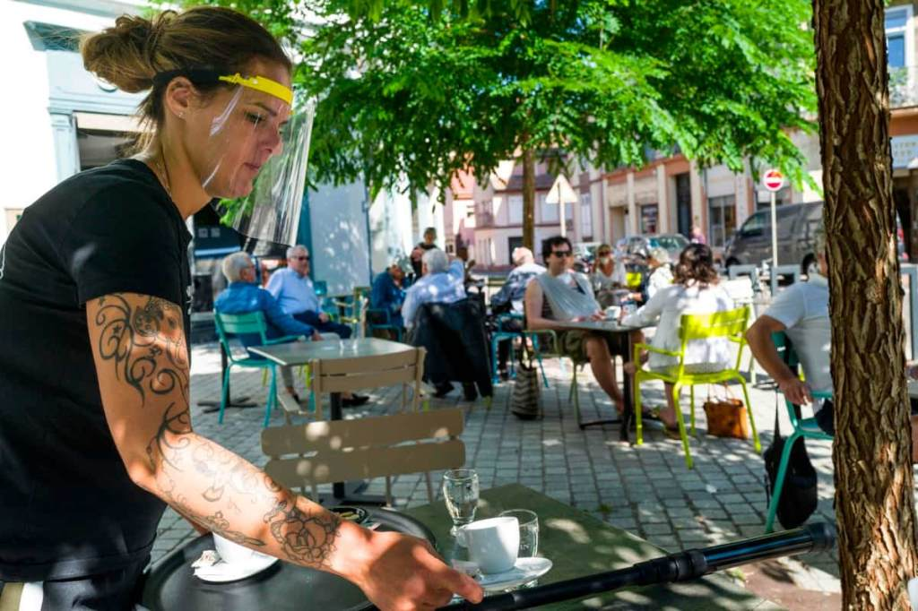 Virus: les terrasses de café rouvrent en France, la pandémie flambe en Amérique du Sud