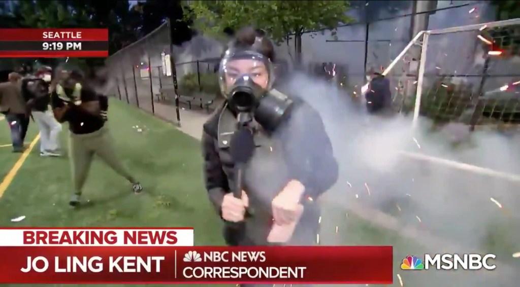 [VIDÉO] Une journaliste atteinte par des feux d'artifice en direct doit s'enfuir d'une scène chaotique