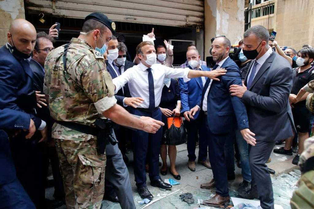 Dans Beyrouth sinistrée, Macron s'affiche en sauveur
