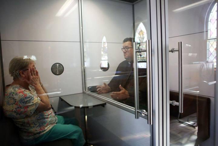 Covid-19: une cellule en verre pour protéger les fidèles d'une église d'Ottawa
