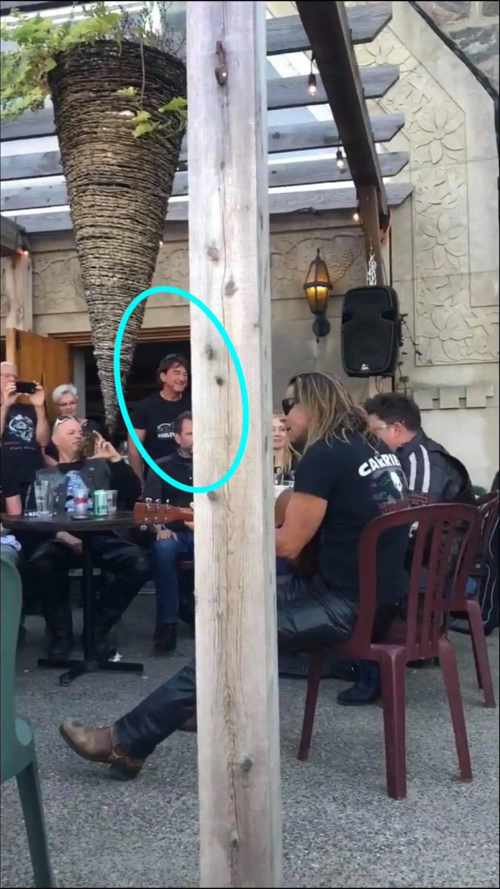 [VIDÉO] Party improvisé dans un bar en présence d'un maire et du chanteur Éric Lapointe