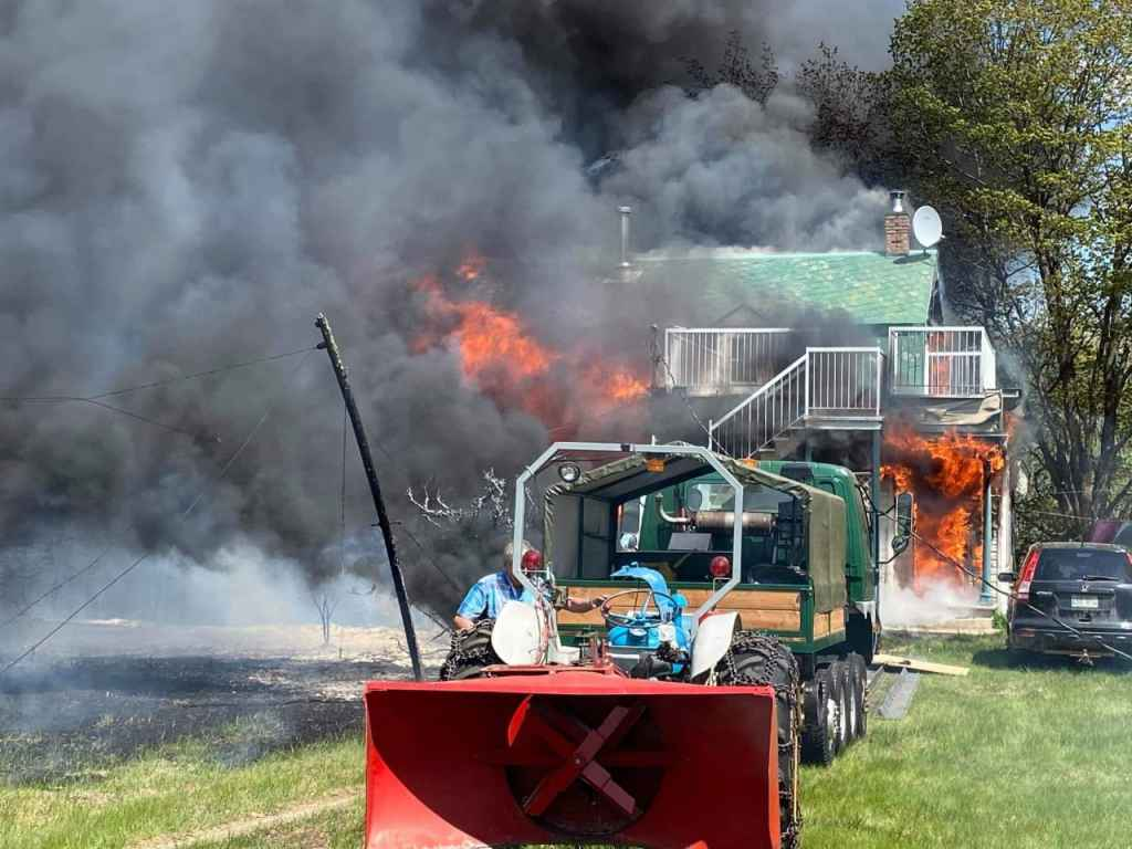 [PHOTOS] Un incendie fait rage à Baie-Saint-Paul