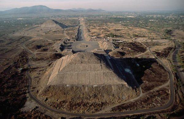 Пирамиды в районе Сяньяна и вовсе достигают высоты 50 м. Часто они расположены группами по 4-5 сооружений.