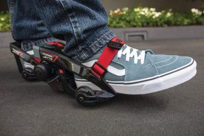 アニメシーンのように地上を高速移動走り抜ける?靴が