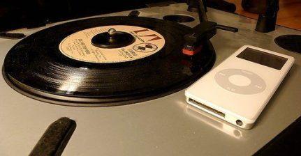 Même si le vinyle est devenu obsolète par rapport au numérique, il reste encore apprécié par les fervents collectionneurs