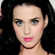 katy perry nous lance son regard de braise