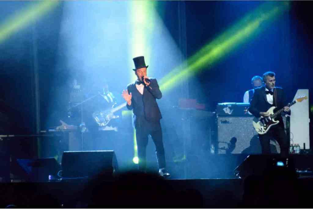 avec son haut de forme, Christophe Maé est reconnaissable dans ses concerts