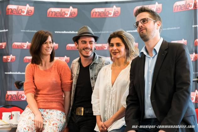 Fin de l'interview et pose photo pour Julie Zenatti, Maximilien Philippe, Nadia et Sébastien