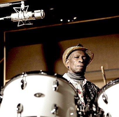 Tony Allen à la batterie pour la sortie de son album The Source