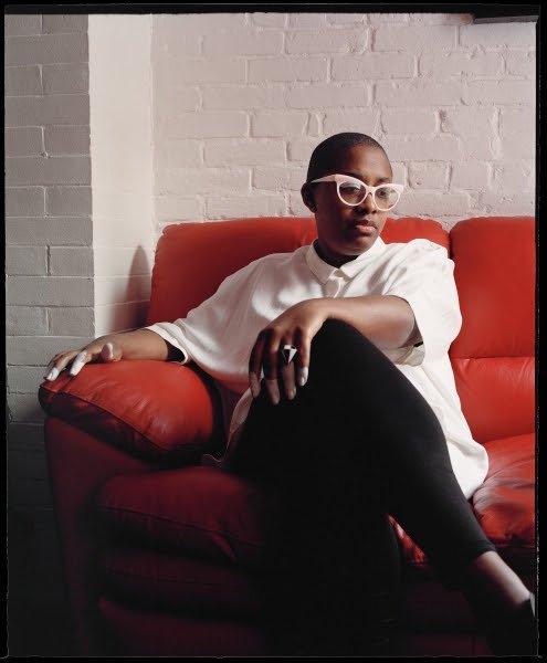 L'artiste de Jaz Cécile McLorin Salvant sur un canapé rouge