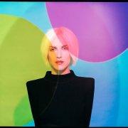 """portrait coloré de Margaux Simone lors de la promotion de son ep """"Platine"""""""
