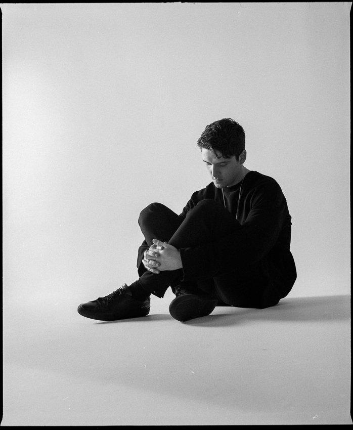 Portrait en noir et blanc de l'artiste Lauv