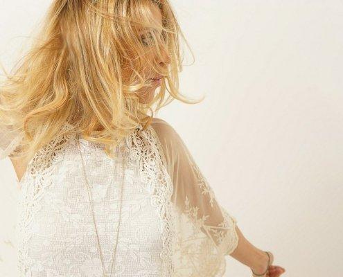 """Portrait de l'artiste Najoua Belyzel pour la sortie de son single """"Cheveux aux vents"""""""