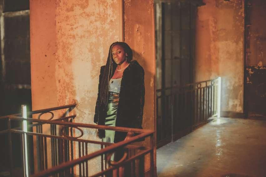 L'artiste Meylo pensive seule dans un grand couloir