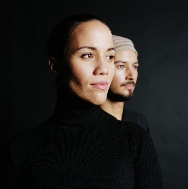 portrait serré sur fond noir du duo Vaiteani