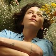 """portrait d'une jeune femme couchée dans des fleurs issu du clip """"partir"""" de T O D"""