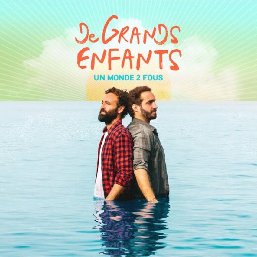 pochette du single Un monde 2 fous de De Grands Enfants où les deux hommes se tiennent debout dos à dos dans l'eau