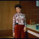 Lartiste Amaurie prise en photo dans une cuisine