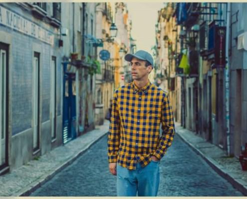 portrait de Le Daron prise en pleine rue avec une casquette et une chemise à carreau