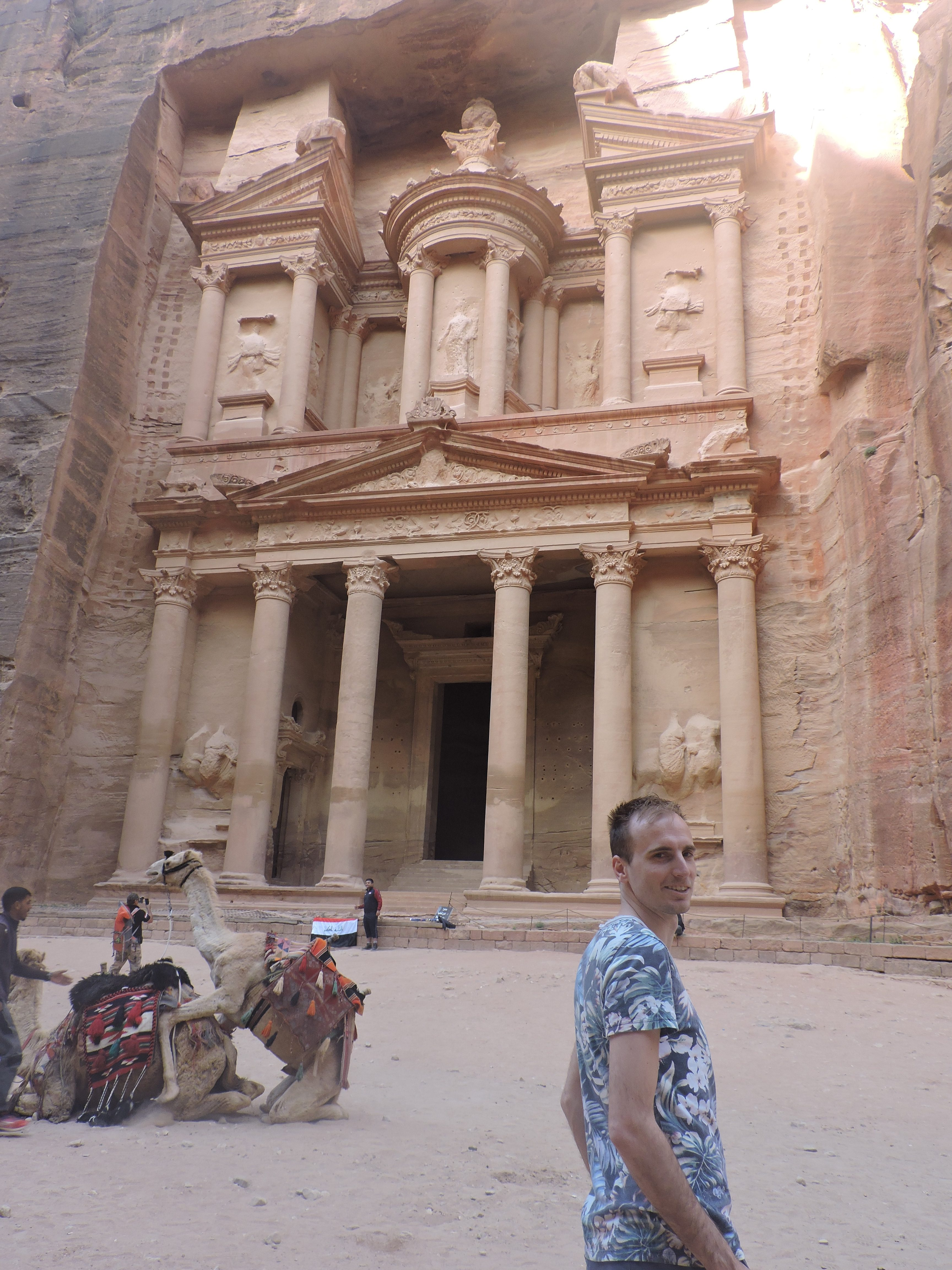 Treasury in Petra met kamelen