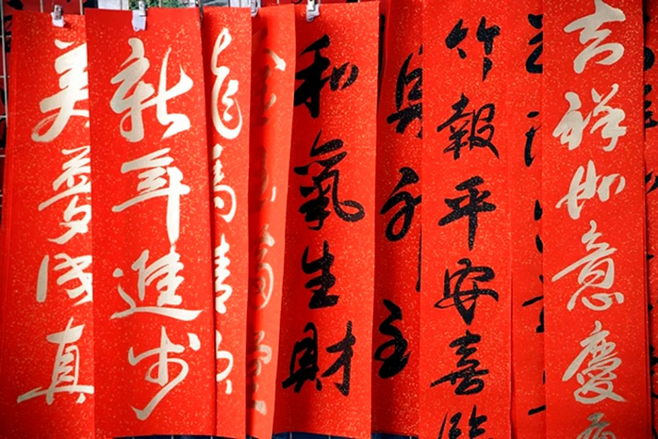 Hanging Chinese New Year banners