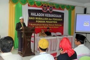 KH. Ahmad Badawi Pengasuh Ponpes Darul Falah Kudus dalam pembukaan Halaqoh (foto dindin)