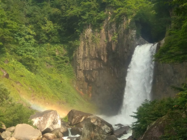 信濃町と新潟の県境、苗名滝。野尻湖出発ならラクラク。