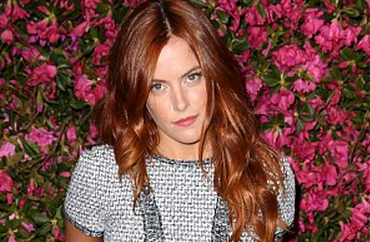 http://www.dailymail.co.uk/tvshowbiz/article-2353529/Robert-Pattinson-IS-dating-Elviss-granddaughter-Riley-Keough.html