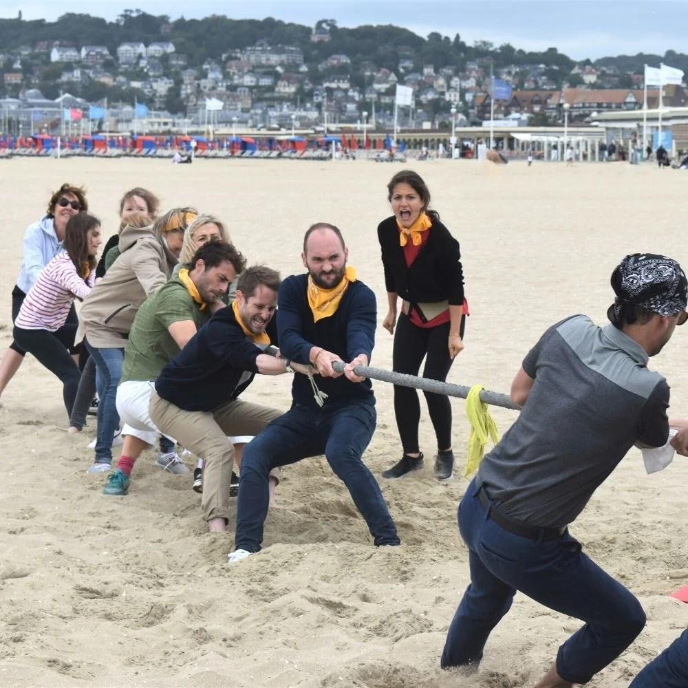 Tir à la corde sur la plage