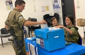 """656 קלפיות, 72 שעות הצבעה: הבחירות ביחידות צה""""ל בעיצומן"""