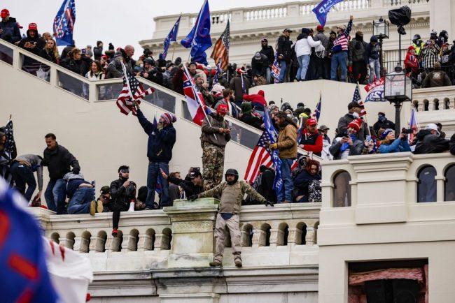 דרמה בוושינגטון: תומכי טראמפ פרצו לקפיטול
