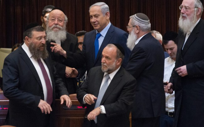 Israeli prime minister Benjamin Netanyahu speaks with ultra orthodox Jewish parliament members during a plenum session in the assembly hall of the Israeli parliament on November 16, 2015. Photo by Miriam Alsterl/Flash90 *** Local Caption ***  îìéàä ëðñú øàù äîîùìä áðéîéï ðúðéäå áéáé çøãéí ù''ñ ùñ çå÷ äâéåñ éäãåú äúåøä