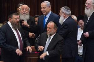 Israeli prime minister Benjamin Netanyahu speaks with ultra orthodox Jewish parliament members during a plenum session in the assembly hall of the Israeli parliament on November 16, 2015. Photo by Miriam Alsterl/Flash90 *** Local Caption ***  îìéàä ëðñú øàù äîîùìä áðéîéï ðúðéäå áéáé çøãéí ù''ñ ùñ çå÷ äâéåñ éäãåú äúåøä