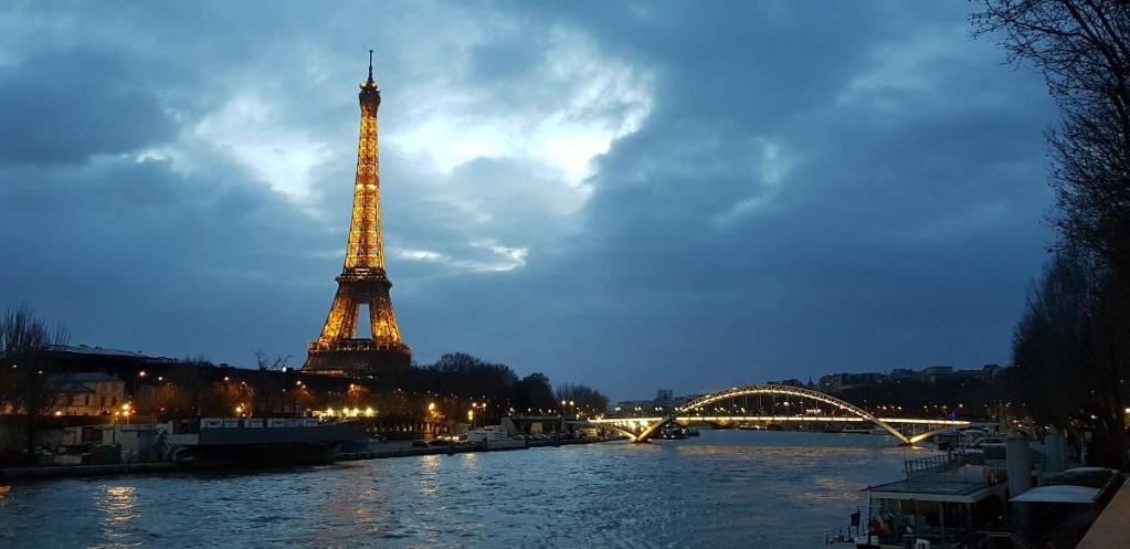 Vue sur la seine et la tour Eiffel à Paris la nuit