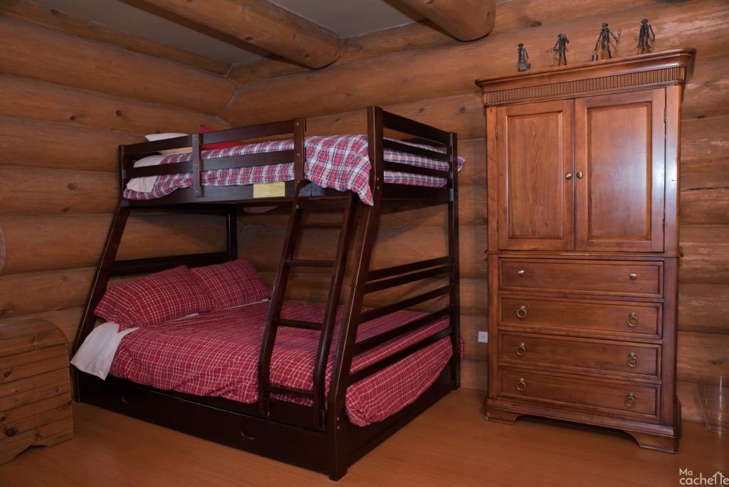 Domaine forêt d'eau - Chalet 16 personnes à louer au lac Simon en Outaouais - Chambre avec deux lits superposés incluant un lit double en bas et simple en haut