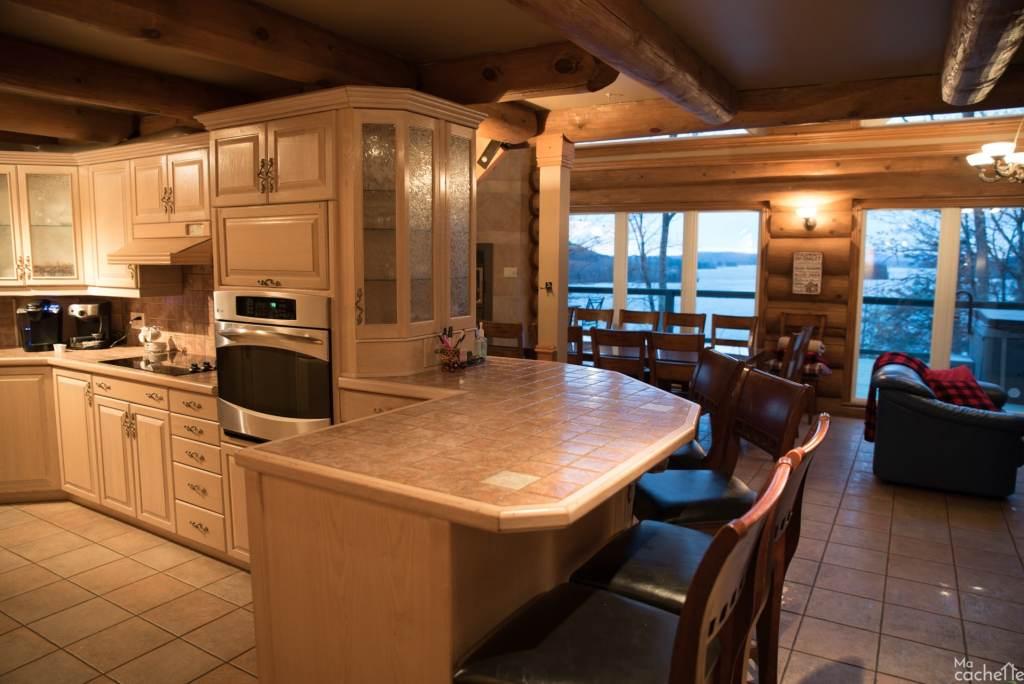 Domaine forêt d'eau - Chalet 16 personnes à louer au lac Simon en Outaouais - Comptoir déjeuner avec cuisine toute équipée
