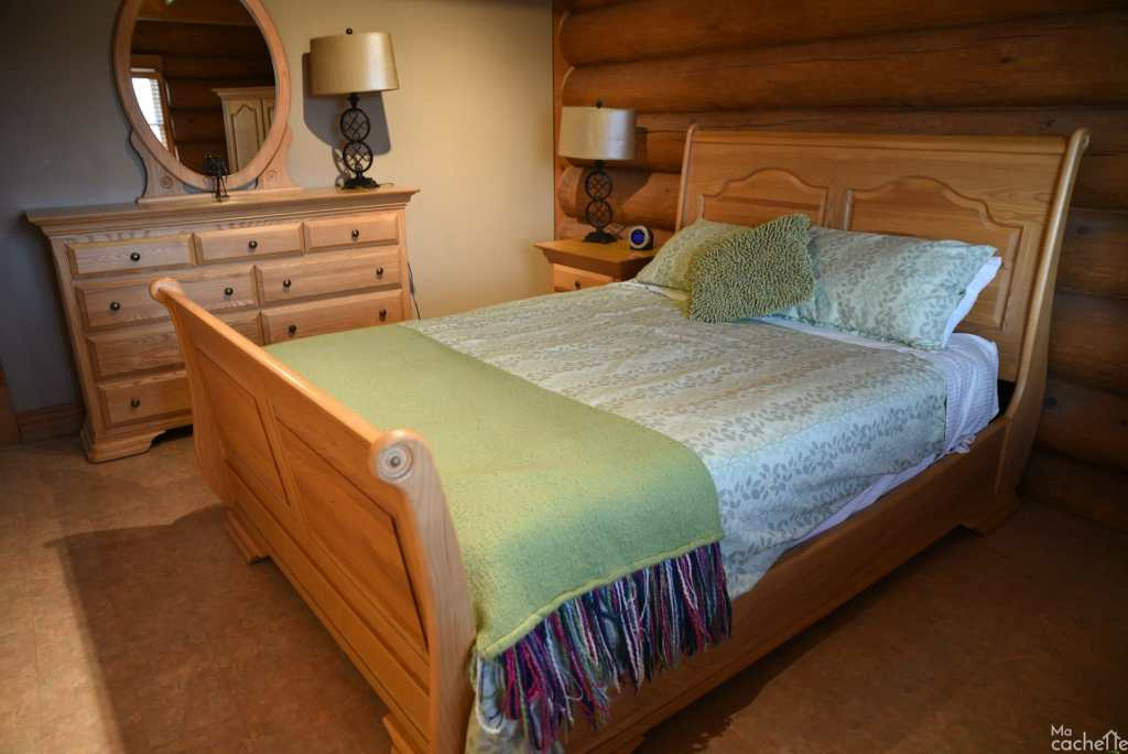 Domaine forêt d'eau - Chalet 16 personnes à louer au lac Simon en Outaouais - Chambre avec lit queen au rez-de-chaussé
