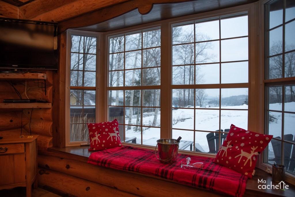 Petit Domaine forêt d'eau - Chalet bois rond à louer au Lac Simon - Fenêtre avec vue sur le lac Simon en Outaouais