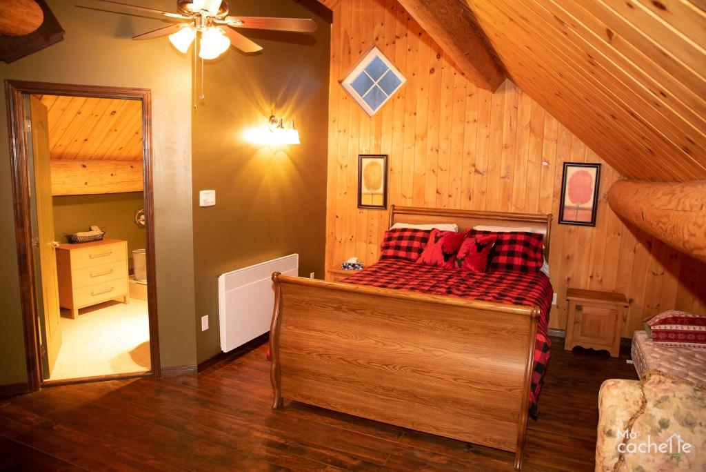 Petit Domaine forêt d'eau - Chalet bois rond à louer au Lac Simon - Mezzanine avec lit double