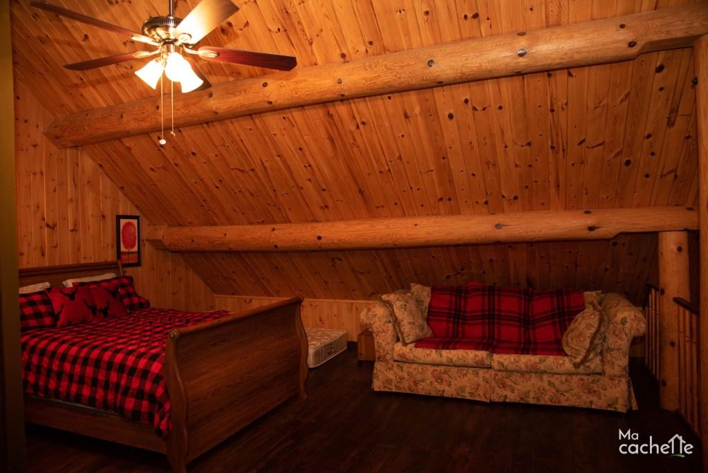Petit Domaine forêt d'eau - Chalet bois rond à louer au Lac Simon -Mezzanine avec lit double, deux lits simples et un divan lit double