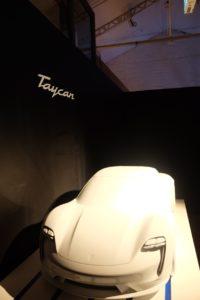 新型マカンイベント タイカンのシルエット展示