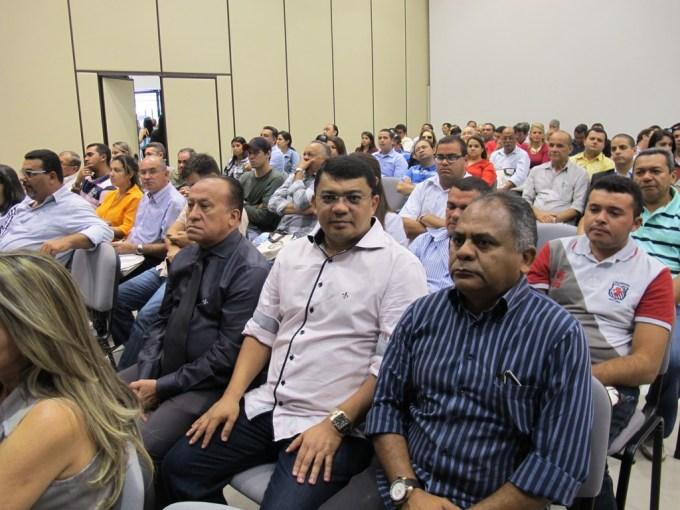 Prefeito Kerginaldo Pinto ladeado pelo advogado Miguel França e o controlador Daniel Santos