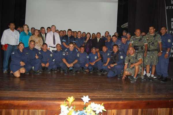 Autoridades com os guardas municipais