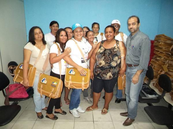 Secretário Aparecido Coutinho com agentes de saúde
