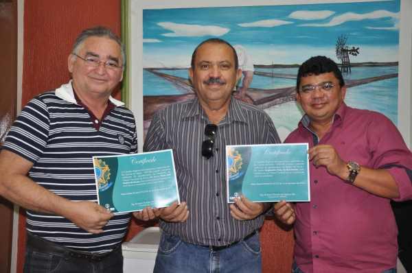 Presidente da Câmara, Oscar Paulino, engenheiro David Batista e o Prefeito Kerginaldo,  recebem certificados de reconhecimento do CREA