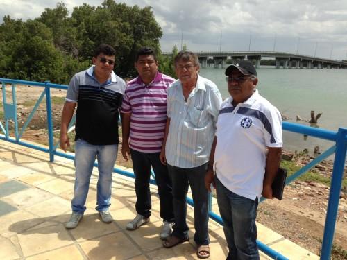 Prefeito Kerginaldo, secretário Joad, engenheiro Assis, controlador municipal, Daniel Santos em visita ao local de construção do Trapiche