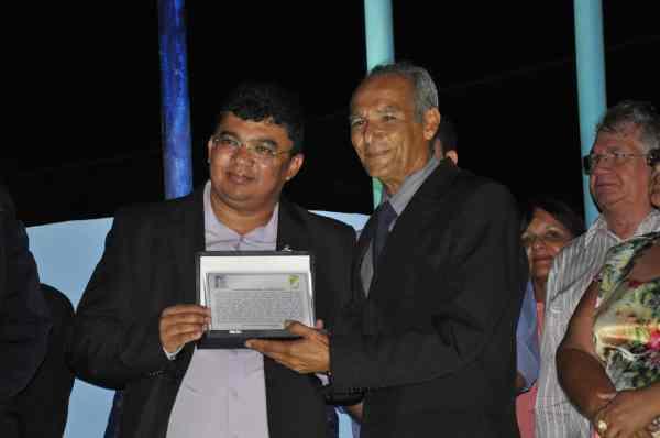Prefeito entrega réplica da placa com homenagem ao Padre Penha ao sobrinho Carlos Penha