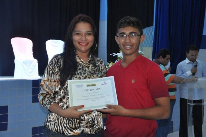 Cláudia Juliana faz entrega de diploma as jovem qualificado pelo Senac