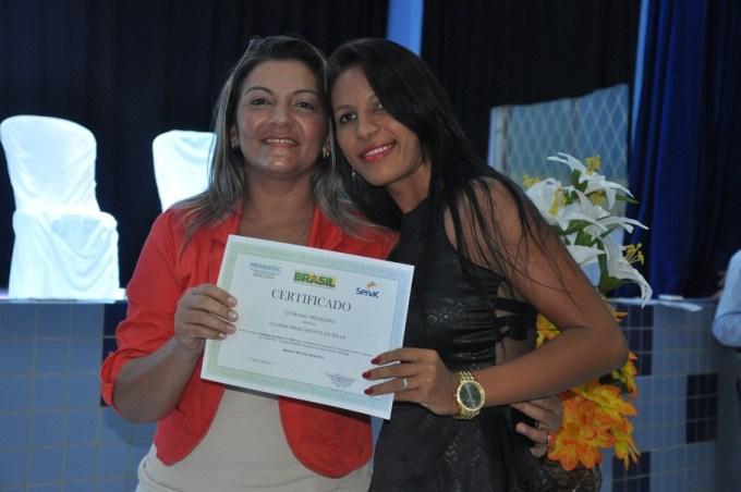 Sônia Souza, Supervisora Operacional Senac entrega diploma a concluinte